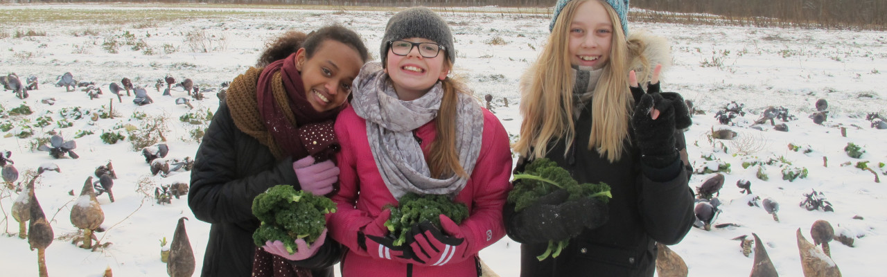 Home economics in a wintry outdoor setting. Photo by Anne Bech, Brøndbyøster Elementary School.